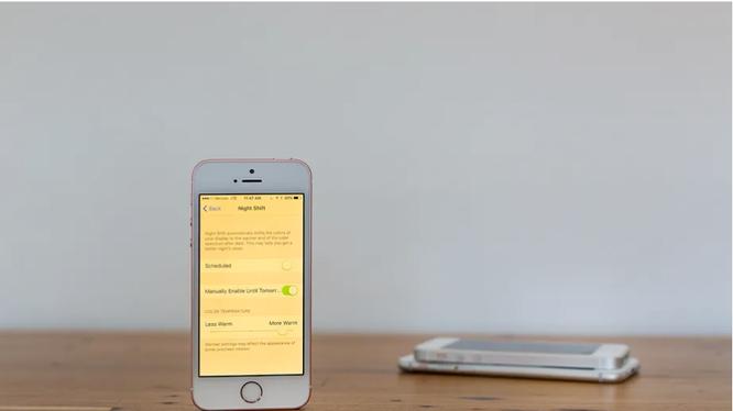 Tính năng Night Shift trên iPhone (Ảnh: The Verge)