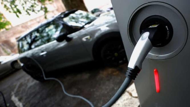 Chi phí sản xuất xe hơi điện sẽ giảm mạnh trong những năm tới (Ảnh: The Guardian)