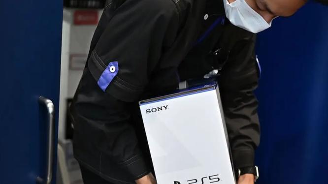 """""""Ôm hàng"""" PS5 là một trào lưu khi mẫu console mới nhất củ Sony đang cháy hàng (Ảnh: Business Insider)"""