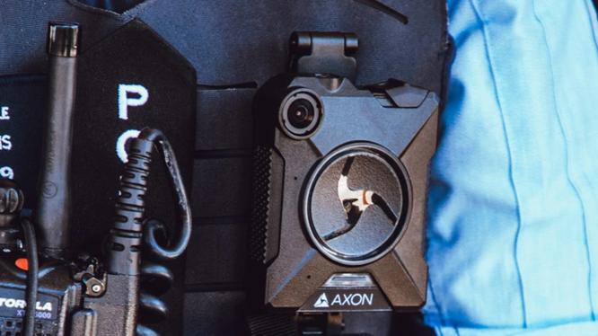 Apple yêu cầu các công nhân ở nhà máy phải đeo camera trên người khi làm việc (Ảnh: Phone Arena)