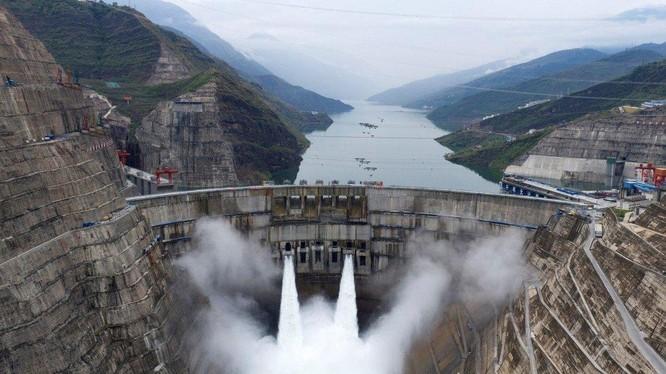 Nhà máy thủy điện Baihetan đang hoạt động ở biên giới giữa huyện Qiaojia của tỉnh Vân Nam và huyện Ninh Nam của tỉnh Tứ Xuyên, Trung Quốc (Ảnh: SCMP)