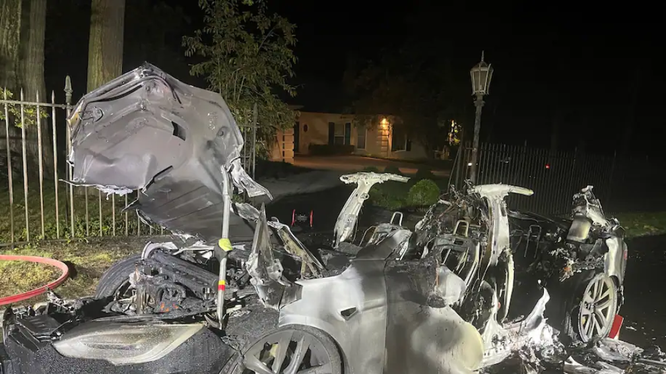 Tesla Model S bất ngờ bốc cháy (Ảnh: Washington Post)