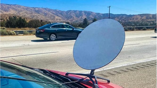 Tài xế bị phạt vì lắp bộ thu internet của SpaceX trên xe ô tô (Ảnh: The Verge)