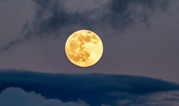 """Hiện tượng Mặt Trăng """"chao đảo"""" có thể gây ra lũ lụt kỷ lục trên thế giới (Ảnh: Daily Express)"""
