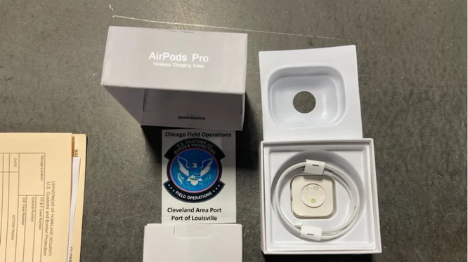 """Những chiếc tai nghe AirPods Pro """"fake"""" (Ảnh: The Verge)"""