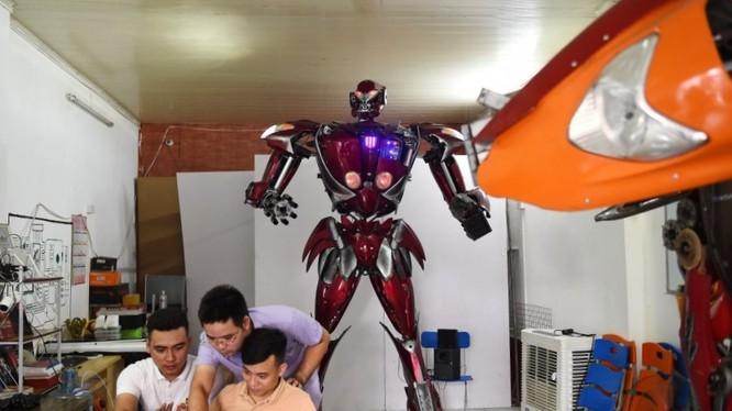 Robot One được nhóm Robot Bank chế tạo từ phụ tùng xe máy Honda và SYM bỏ đi. Ảnh: AFP