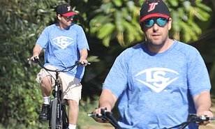 Adam Sandler vui vẻ đạp xe quanh thành phố