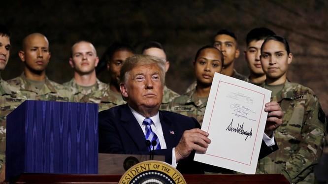 Ông Trump ký đạo luật ủy quyền quốc phòng cho năm tài khóa 2019.