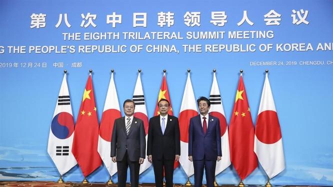 Thủ tướng Trung Quốc Lý Khắc Cường, Thủ tướng Nhật Bản Shinzo Abe và Tổng thống Hàn Quốc Moon Jae-in tại Hội nghị thượng đỉnh tổ chức tại Thành Đô, Trung Quốc ngày 24/12 (Ảnh: China Daily)