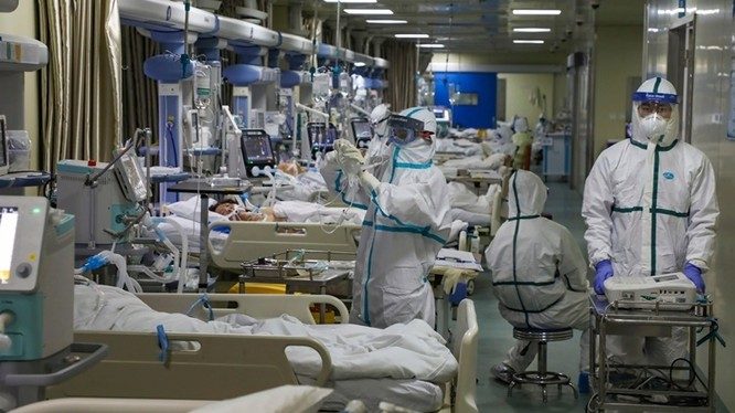 Các nhân viên y tế làm việc tại phòng chăm sóc đặc biệt được cách ly thuộc một bệnh viện ở Vũ Hán (Ảnh: AP).