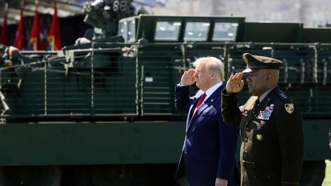 ReutersTổng thống Mỹ Donald Trump và Trung tướng Lục quân Mỹ Darryl Williams tại Lễ tốt nghiệp của các học viên tại Học viện quân sự West Point (Ảnh Jonathan Ernst/ Reuters).