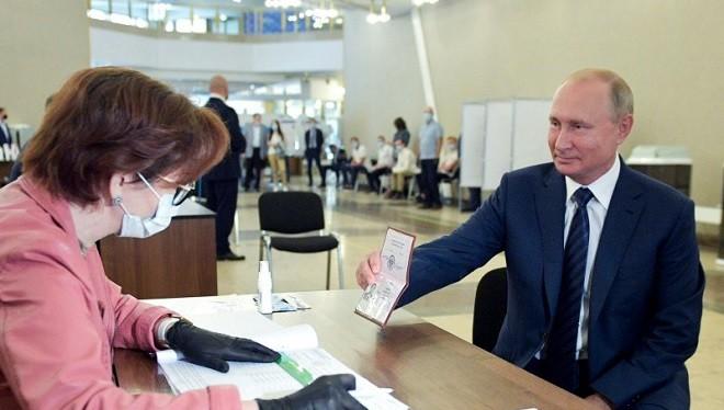 Tổng thống Nga V.Putin trình hộ chiếu của mình tại trạm bỏ phiếu về sửa đổi Hiến pháp tại một trạm bầu cử ở Moscow ngày 01/07/2020 (Ảnh:TASS).