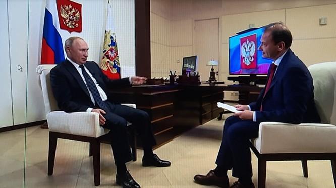 """Tổng thống V.Putin trong cuộc phỏng vấn trên kênh truyền hình """"Russia-1"""" về sự giúp đỡ của Nga giành cho Belarus (Ảnh: TASS)"""