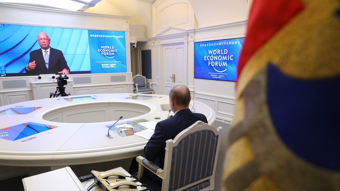 Giáo sư Klaus Schwab (phải) và Tổng thống Nga V.Putin (trái) tại Diễn đàn kinh tế thế giới năm 2021(Ảnh: Văn phòng báo chí của Tổng thống Nga V.Putin)