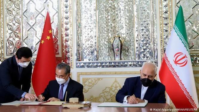 Bộ trưởng Ngoại giao Iran Zavad Zarif (phải) và Bộ trưởng Ngoại giao Trung Quốc Vương Nghị (trái) kỷ Thỏa thuận chiến lược Iran-Trung Quốc ngày 27/3/2021 tại Tehran (Ảnh: TASS)