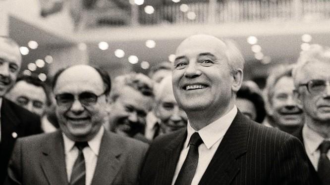 """A.Yakovlev (trái) và M.Gorbachev (phải)-""""cặp bài trùng"""" trong cải tổ ở Liên Xô trong những năm 1985-1991 (Ảnh Novosti)."""