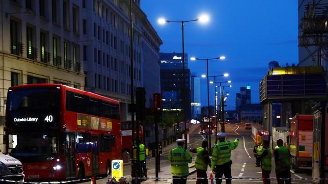 Cảnh sát Anh đứng ở phía bắc cầu London, sau vụ tấn công hôm 4/6/2017