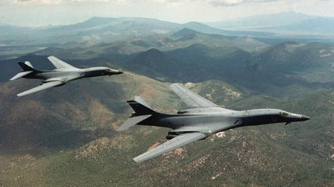 Hai máy bay B-1B Lancer bay lượn trên bầu trời Wyoming