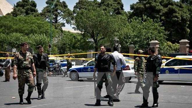 Cảnh sát Iran làm nhiệm vụ bên ngoài tòa nhà Quốc hội ở Tehran sau vụ tấn công ngày 7/6