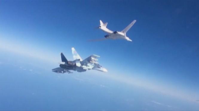 Chiến đấu cơ Su-30SM hộ tống máy bay ném bom chiến lược tầm xa Tu-160 Nga tấn công phiến quân tại Syria