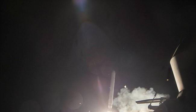 Tên lửa Tomahawk được phóng đi từ khu trục hạm Mỹ tấn công Syria hôm 6/4