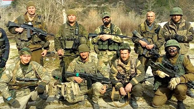 Một toán được cho là lính đánh thuê Nga trên chiến trường
