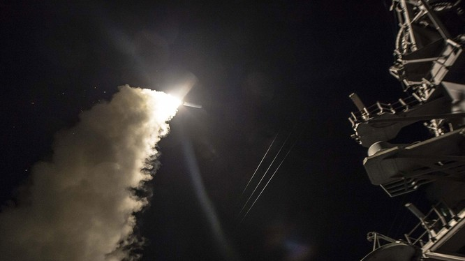 Khu trục hạm Mỹ phóng tên lửa hành trình Tomahwak tấn công căn cứ không quân Syria hôm 7/4