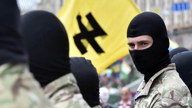 Rất nhiều nhóm hoạt động và vũ trang tình nguyện mang tư tưởng phát xít mới đang hoạt động ở Ukraine