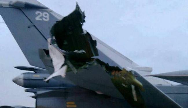 Máy bay cường kích Su-24 bị hư hỏng phần đuôi trong vụ tấn công căn cứ không quân Nga tại Syria