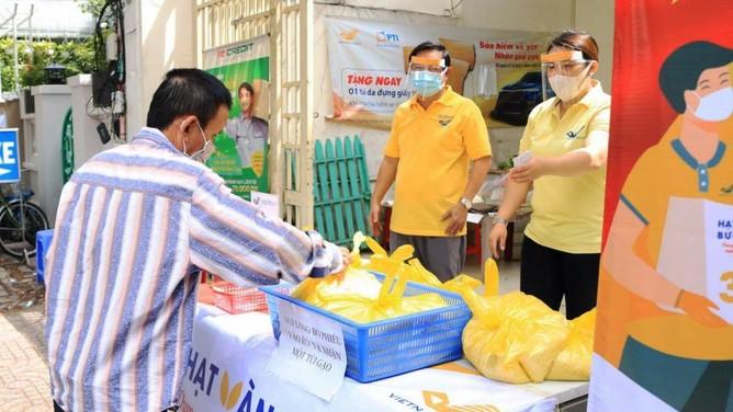 Phát 700 tấn gạo ngon hỗ trợ 233 ngàn người dân gặp khó khăn tại TP.HCM và 5 tỉnh