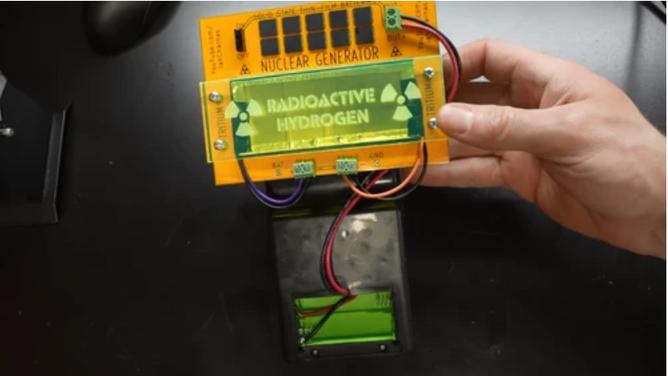 Youtuber chế tạo máy chơi game cầm tay chạy bằng năng lượng hạt nhân