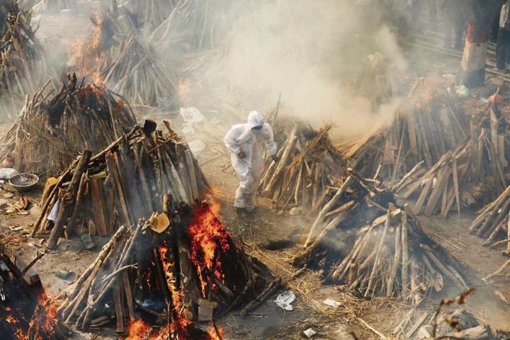 Thảm kịch ở Ấn Độ: người sống chờ giường bệnh, người chết đợi được thiêu