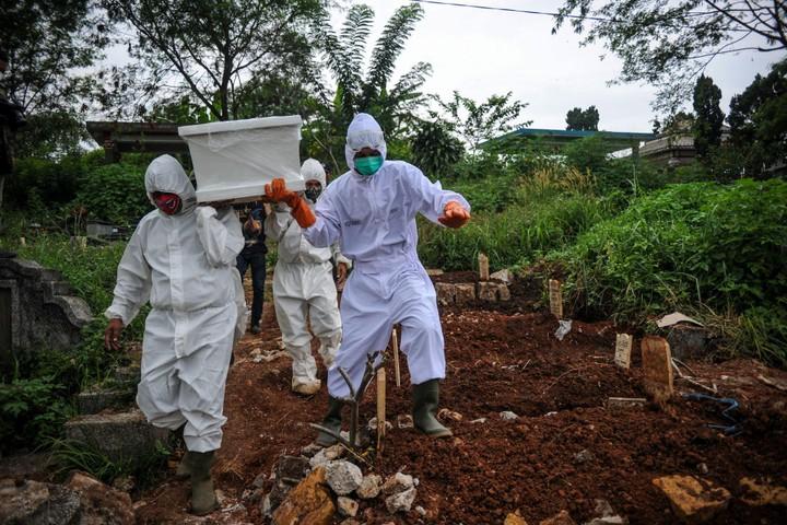 """Phóng sự ảnh: """"Sóng thần dịch bệnh COVID-19"""" đang tàn phá Indonesia"""