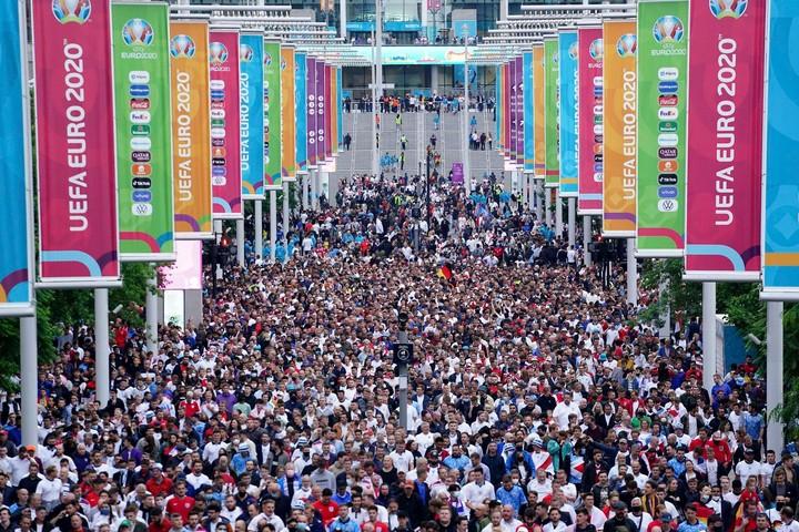 Hàng ngàn người hâm mộ lây nhiễm COVID-19, WHO lo ngại EURO 2020 sẽ khiến dịch bệnh gia tăng