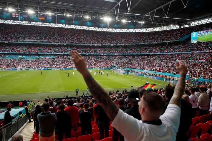 Các trận đấu tại EURO 2020 - lỗ hổng lớn trong công tác phòng chống COVID-19 của châu Âu?