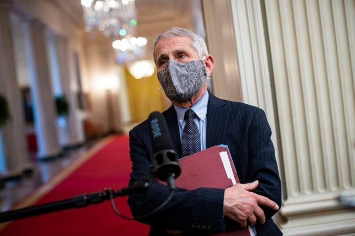 Một bác sĩ nói rằng nên đeo 4 khẩu trang trên mặt để chống Covid-19