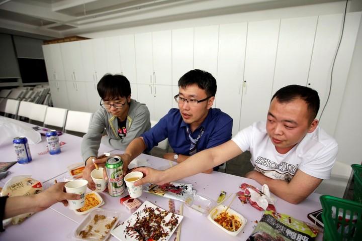 Cận cảnh cuộc sống ăn, ngủ, tắm ngay tại văn phòng của nhân viên IT Trung Quốc