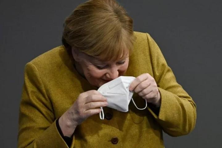 """Clip Thủ tướng Đức quên khẩu trang gây """"sốt"""" mạng"""
