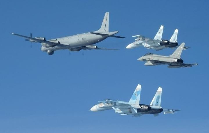 Tiêm kích NATO tất bật bám đuôi máy bay Nga