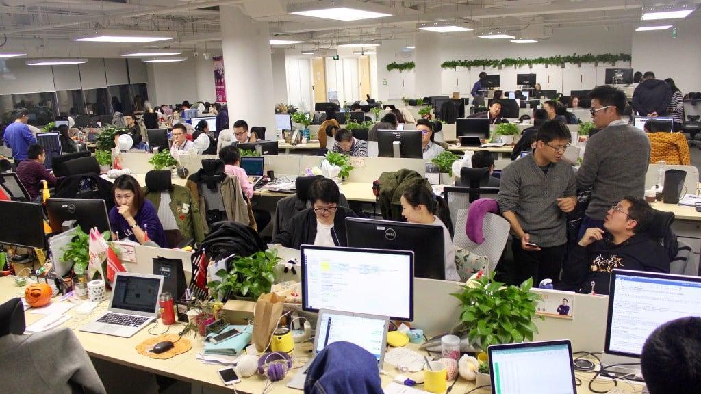 Một số công ty Internet đang phản đối làm thêm giờ. Ảnh: Sina