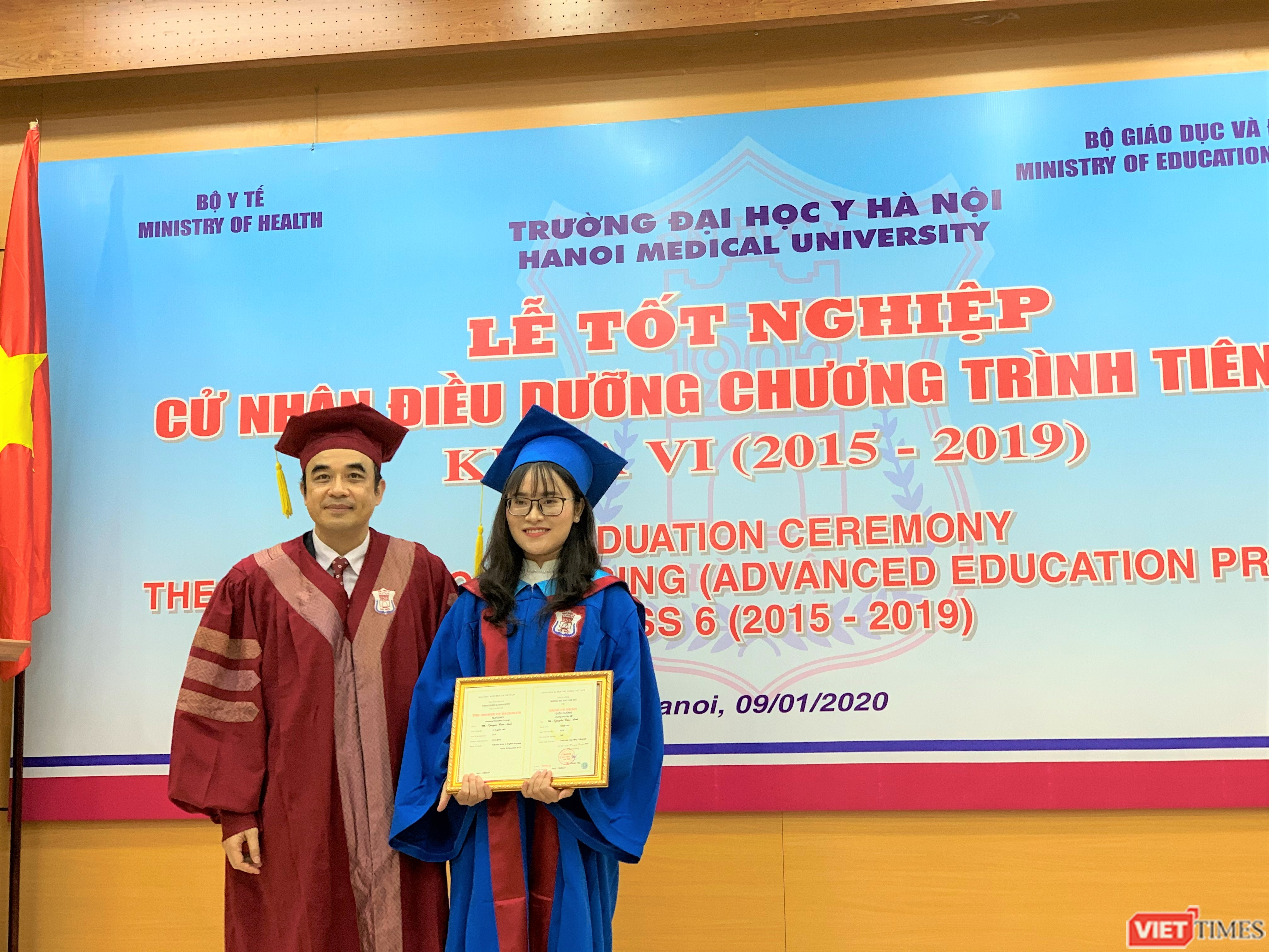 Lãnh đạo nhà trường trao phần thưởng cho sinh viên Nguyễn Cẩm Anh đạt danh hiệu