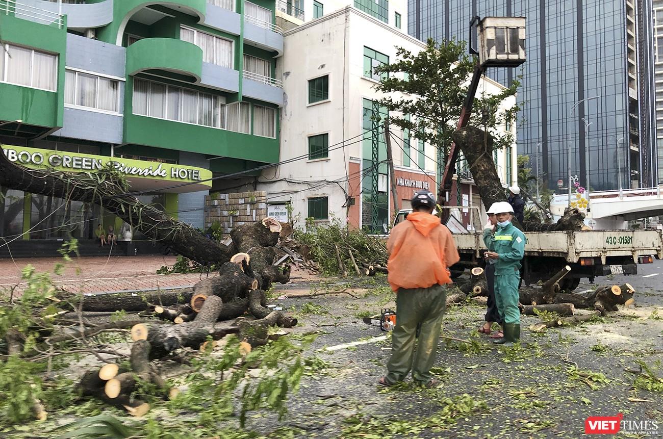 Lực lượng công nhân tổ chức khắc phục hậu quả bão số 9 ngay khi ngớt gió