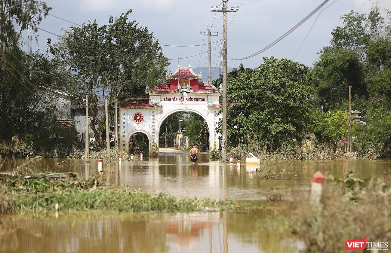 Làng văn hoá Phúc Khương xã Đại Cường (huyện Đại Lộc, tỉnh Quảng Nam) bị chia cắt sâu trong nước lũ