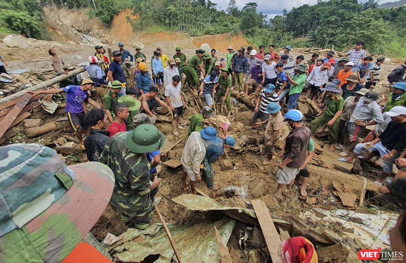 Lực lượng cứu hộ các nạn nhân bị vùi lấp trong vụ sạt lở tại thôn 1 xã Trà Leng, huyện Nam Trà My, tỉnh Quảng Nam