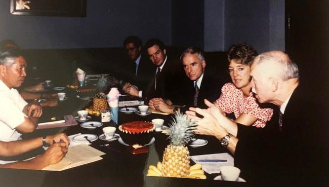 Phó Chủ tịch Hội đồng Bộ trưởng Nguyễn Cơ Thạch tiếp GS Thomas Vallely và đoàn học giả Harvard trong chuyến thăm năm 1989. Ảnh: NVCC