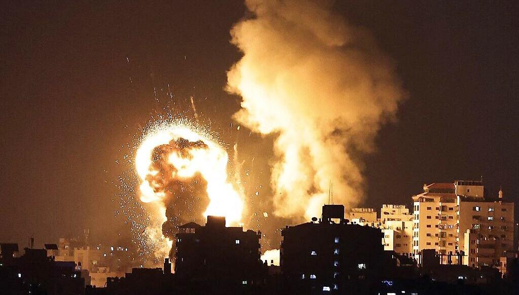 Israel pháo kích vào dải Gaza để trả đũa Hamas bắn rocket vào lãnh thổ nước này ngày 12/5/2021. Ảnh: AFP