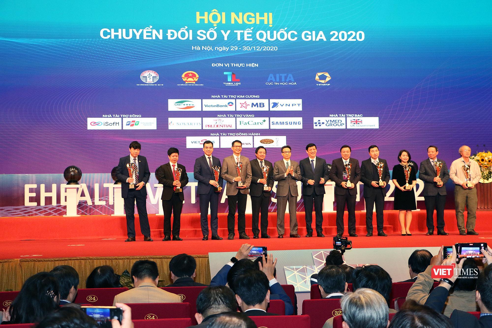Phó Thủ tướng Vũ Đức Đam và Bộ trưởng Bộ Y tế Nguyễn Thanh Long trao giải thưởng cho các đơn vị xuất sắc trong lĩnh vực y tế