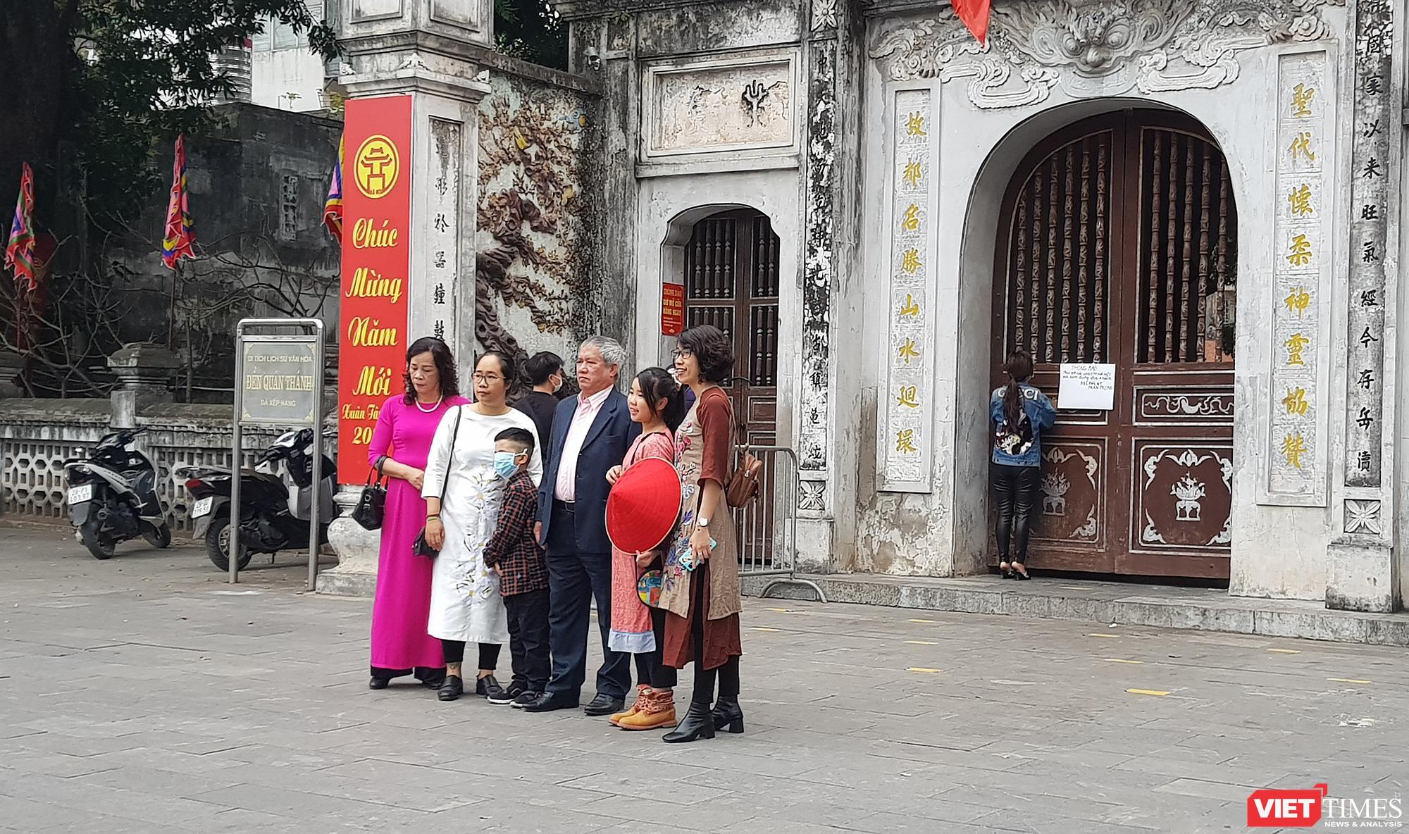 Đền Quán Thánh, một số du khách dừng lại để chụp ảnh
