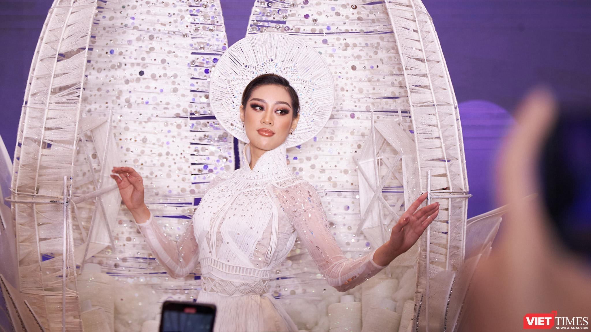 Hoa hậu Khánh Vân trình diễn bộ trang phục dân tộc Kén Em sẽ theo cô sang Mỹ tham dự Hoa hậu Hoàn Vũ thế giới