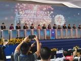 Các khách mời tham dự cùng ấn nút khởi công dự án Thành phố thông minh Bắc Hà Nội (Ảnh: P.D)